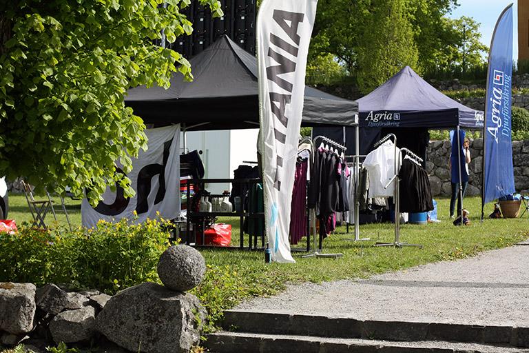 Vårat populära pop-up tält Eclipse II och Beachflagga på Wenngarn Equestrian Summer Games mässområde. Se popuptält.se!