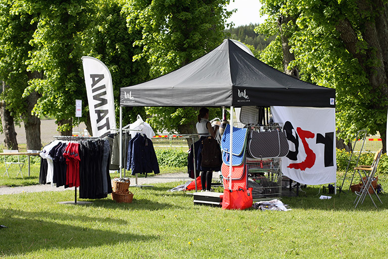 Vårat populära pop-up tält Eclipse II på Wenngarn Equestrian Summer Games mässområde. Se popuptält.se!